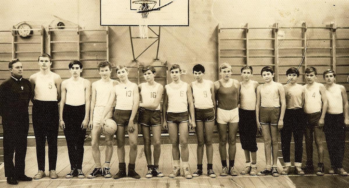 Молодой и талантливый тренер (на шее свисток) по баскетболу, 1968 г.